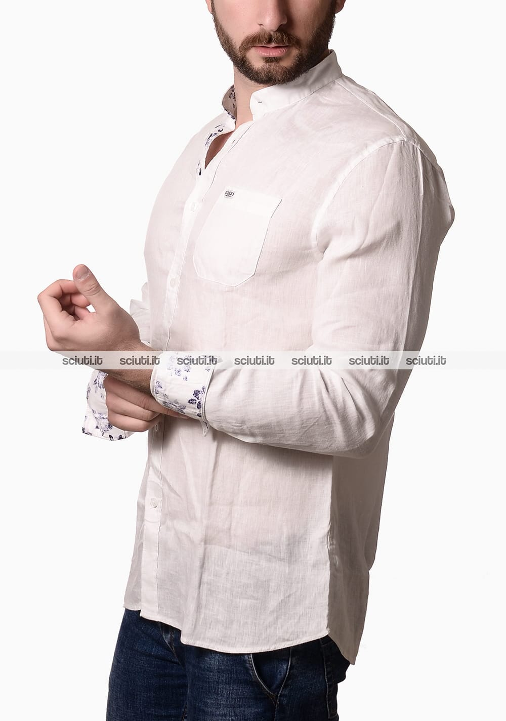 timeless design 1d2bd e5e76 Camicia Guess uomo collo alla coreana in lino bianco | Sciuti.it